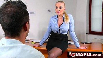 Ganhando boquete da sua secretaria loira safada