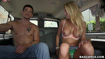 Gata safada pelada dentro do carro