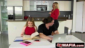 Na cozinha com seu namorado e sua mãe ela deu gostoso