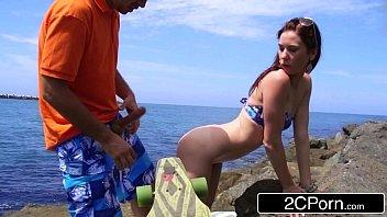 Sexo na praia com safadinha ninfeta magrinha gemendo no cacete grosso