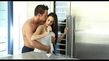 Assediando cunhada gostosa na cozinha para dar
