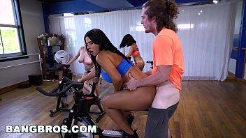 Mulheres peladas fazendo sexo dentro da academia