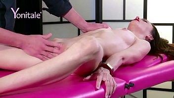 Bucetas gostosas sendo masturbada durante sessão de massagem